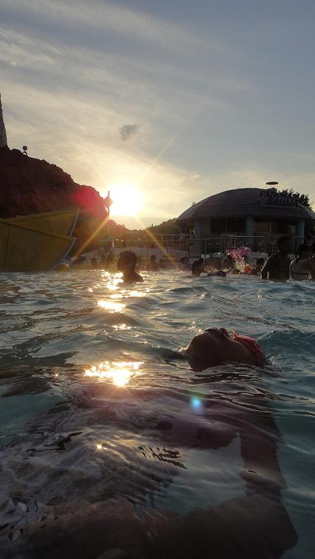 ハワイアンズで水と戯れる子供たち