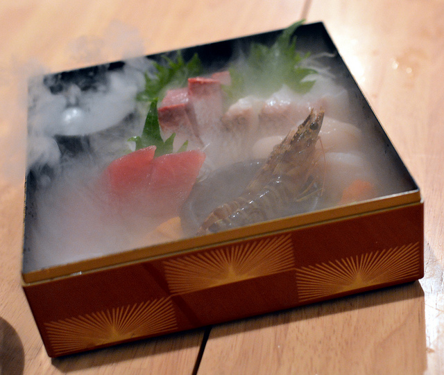 俺の魚を食ってみろ神田分店 生きた海老や炙りしめ鯖など演出に驚き、味に満足