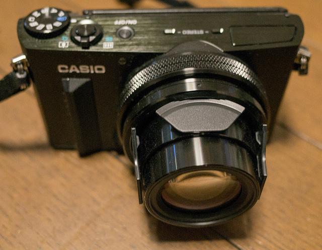 CASIO EXILIM EX-100 光学10.7倍でF2.8通しのプレミアムコンデジ