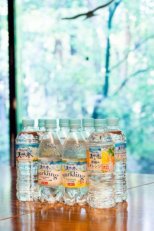 サントリー南アルプスの天然水 品質や環境にこだわった工場と天然水の試飲 無色透明な朝摘みオレンジのひみつ