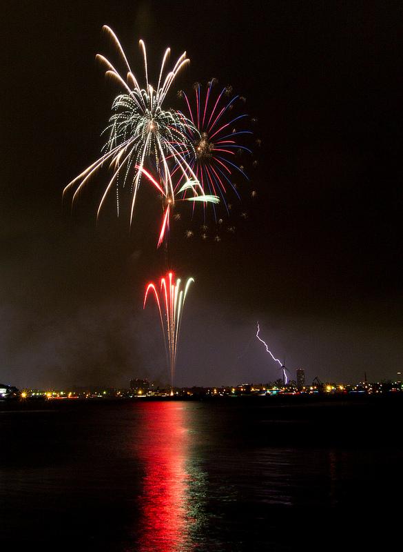 横浜スパークリングトワイライト2014 スパークリング花火はスパークリングな雷とともに