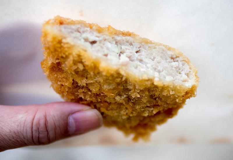 知る人ぞ知る稲田鳥肉店の鶏メンチカツはとっても美味