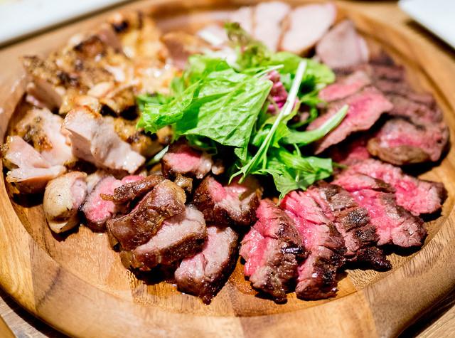 秋葉原駅すぐでカジュアルにお肉とワインを楽しめる 炉区