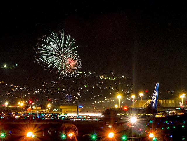 飛行機と花火のコラボを撮影してみた 大阪国際空港千里川土手から猪名川花火大会