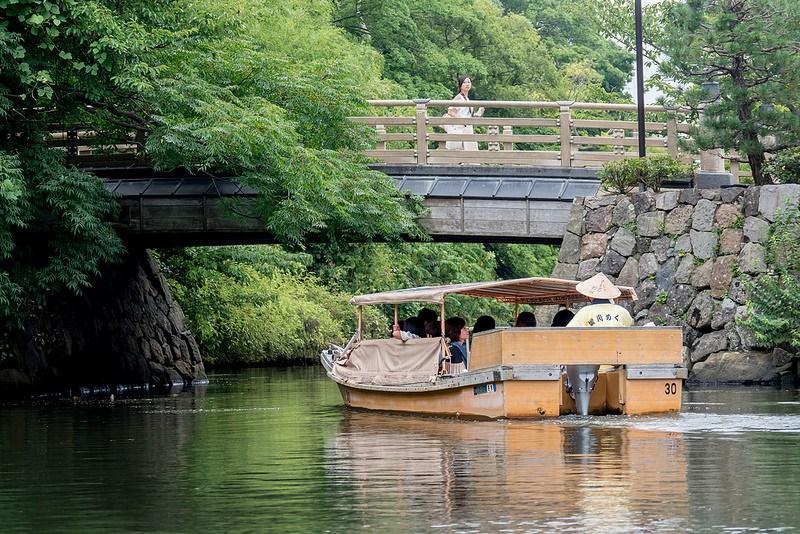 屋形船の屋根が変形して低い橋もくぐり抜ける 松江堀川めぐり