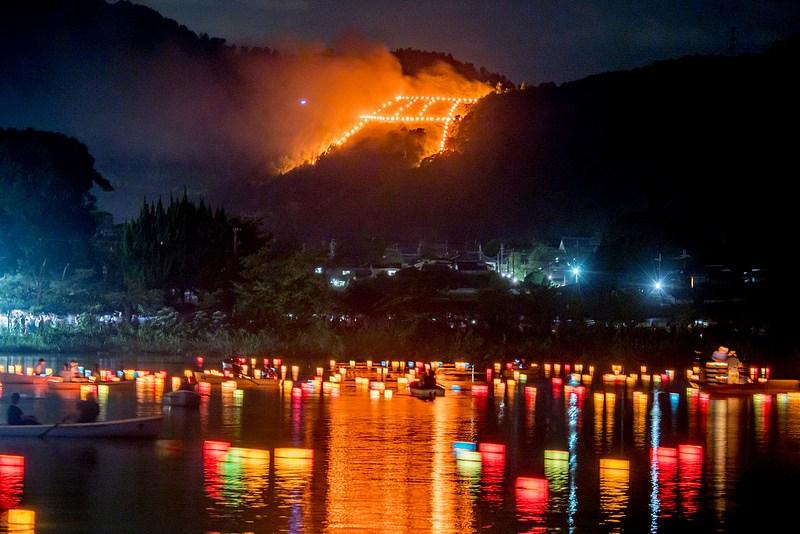 京都 広沢池 送り火と灯籠流しのコラボがとても幻想的