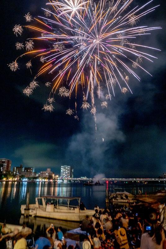 船上で輝く神輿と間近で観る打ち上げ花火 滋賀 石山 建部大社 船幸祭