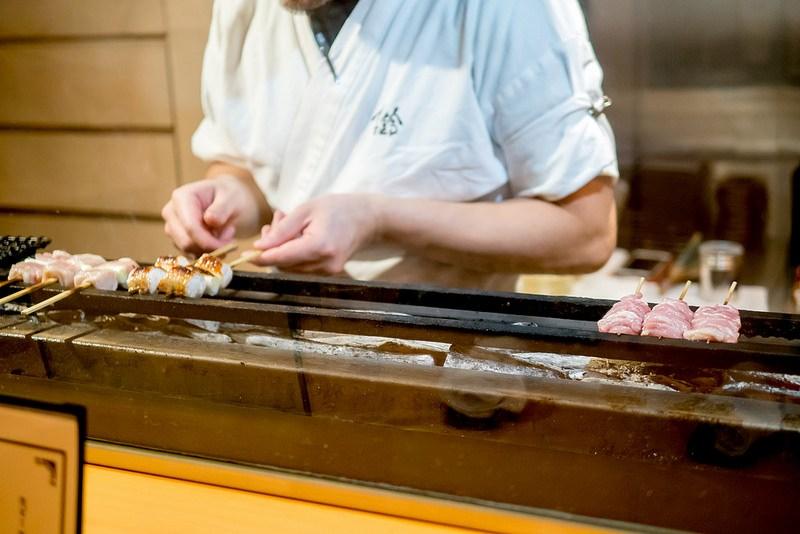 雰囲気の良いカウンターで絶品焼き鳥とお酒を 恵比寿 喜鈴 別邸