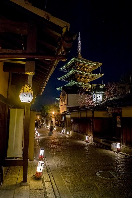 京都東山花灯路 行灯で照らされた東山を散策