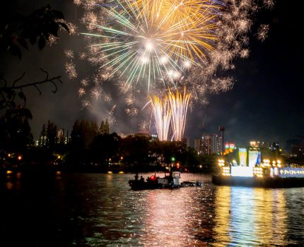 大川に映る花火と船の光 天神祭奉納花火大会