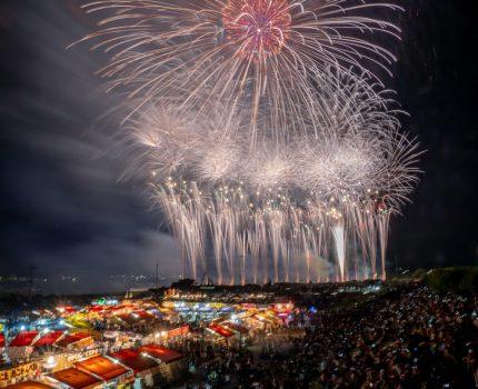屋台と花火のコラボが美しい 亀岡平和祭保津川市民花火大会