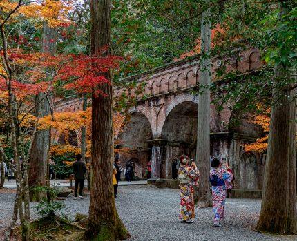 京都の紅葉めぐり 南禅寺 三門と水路閣の紅葉