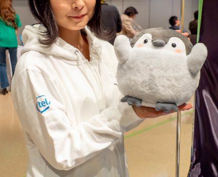 VAIO株式会社が開発したコミュニケーションロボット おしゃべりコウペンちゃん と 小型軽量ノートPC
