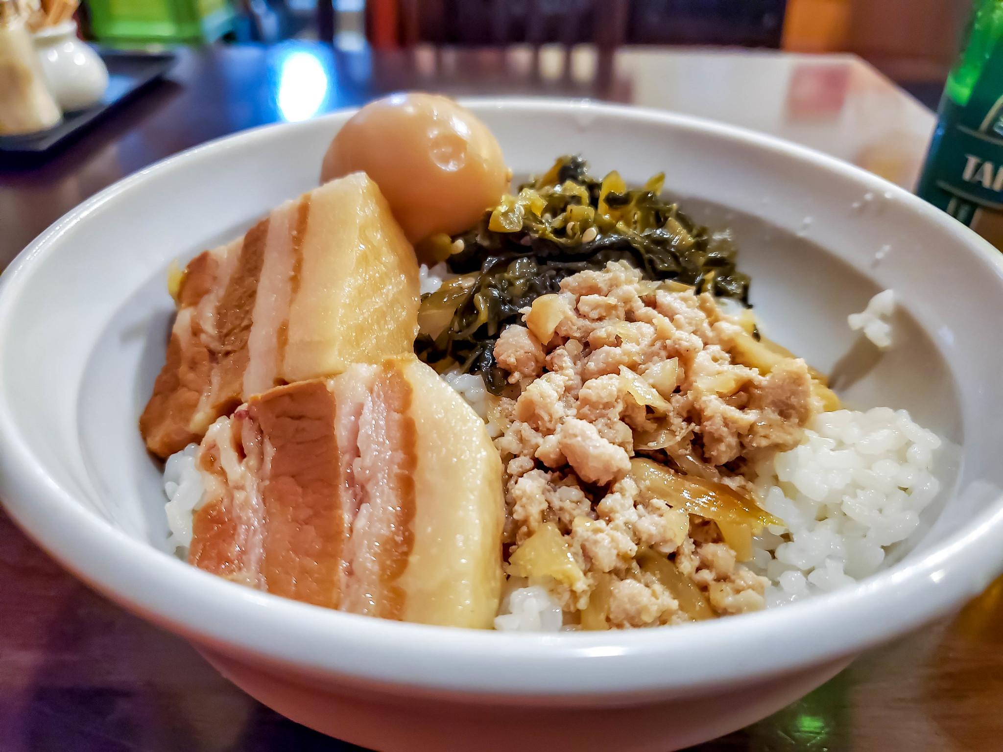 バラ肉の角煮とそぼろの合掛け魯肉飯 中華街 秀味園