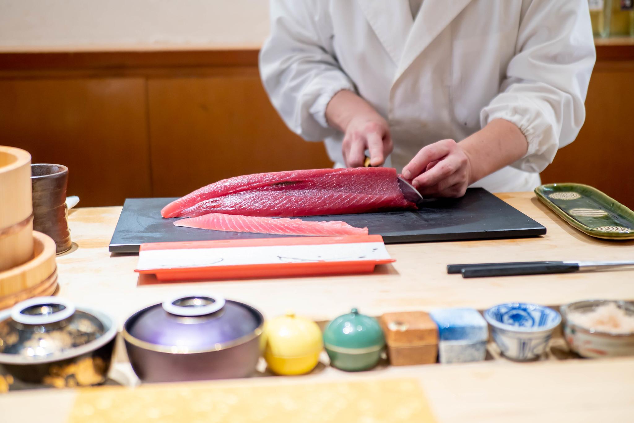 大将の経験と技が感じられる寿司と日本酒を堪能 鮨 青海 銀座店