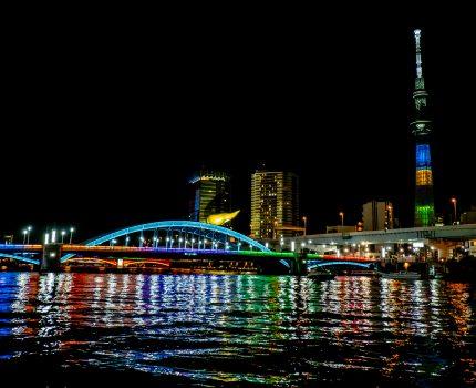 オリンピック色に染まった隅田川に架かる橋とスカイツリー