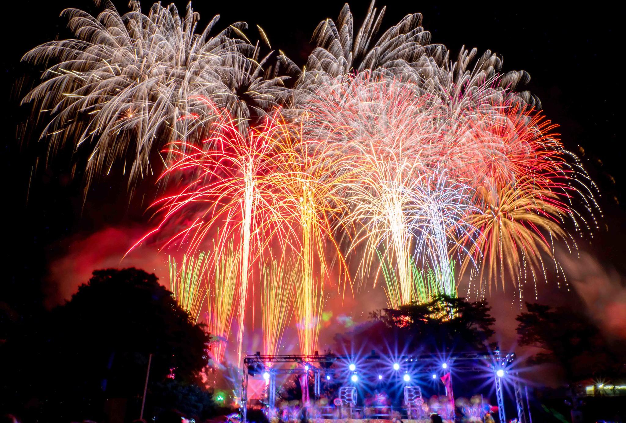 西武園ゆうえんち 大夏祭り 大火祭りのパフォーマンスと花火