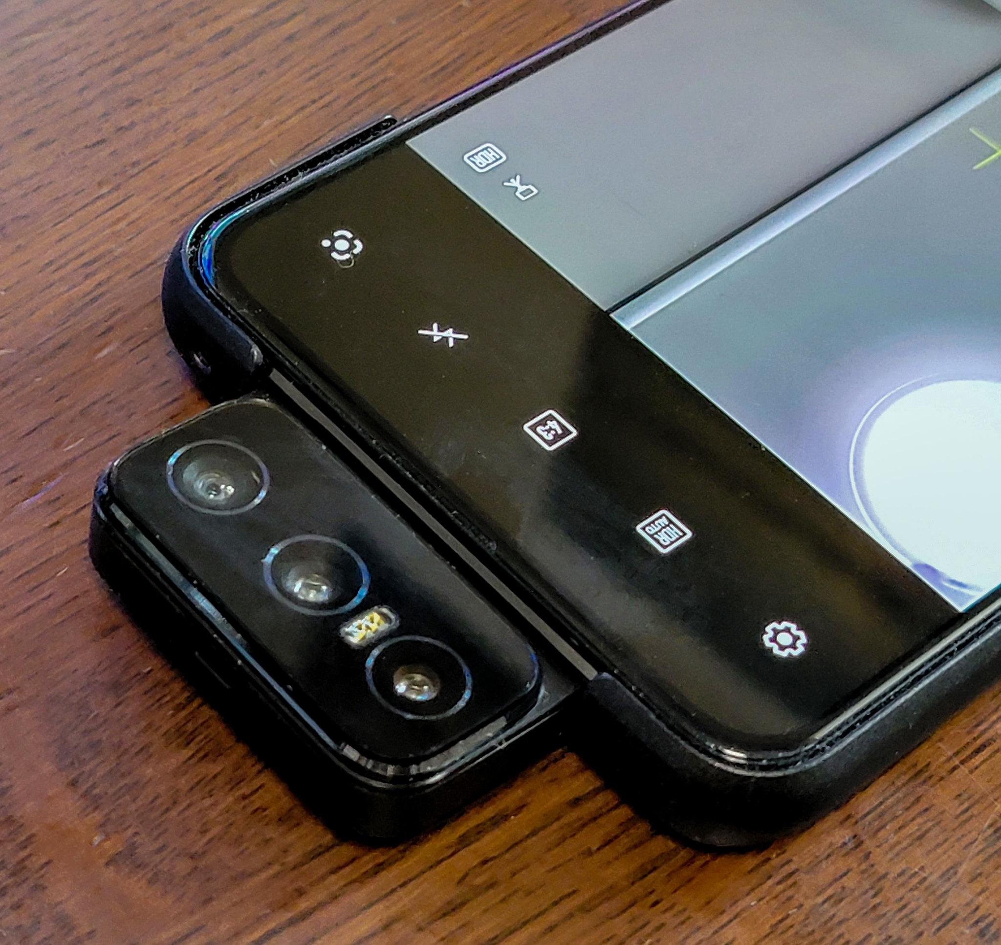3眼のフリップカメラが楽しい パノラマ撮影・自撮りにも ASUS Zenfone 8 Flip