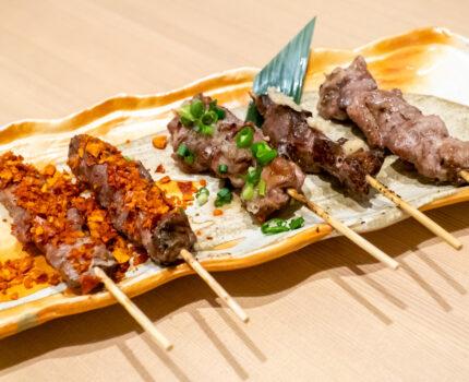 焼きラム串盛り合わせや生ラムユッケなど多彩なラム料理を楽しめる 釧路 新宿東口店